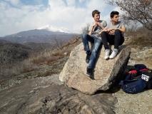 Federico e Nikita su un masso erratico al lago Sirio