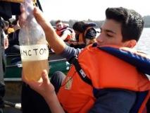 Federico con la bottiglia del plancton